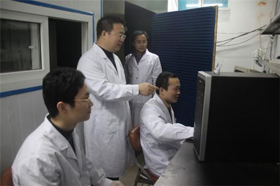 张成岗研究员(左二)课题组合影