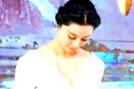 范冰冰这件白色礼服惊艳众人,可当她转过身的露背尴尬了!