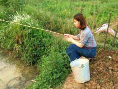 内涵段子:美女你在用什么钓鱼啊,那个桶是来装鱼的吗?