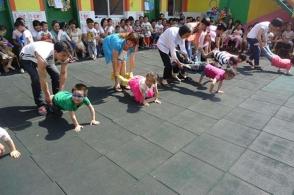 幼儿园亲子活动,比拼喂爸爸吃瓜,看到最后一个宝宝,老师笑了