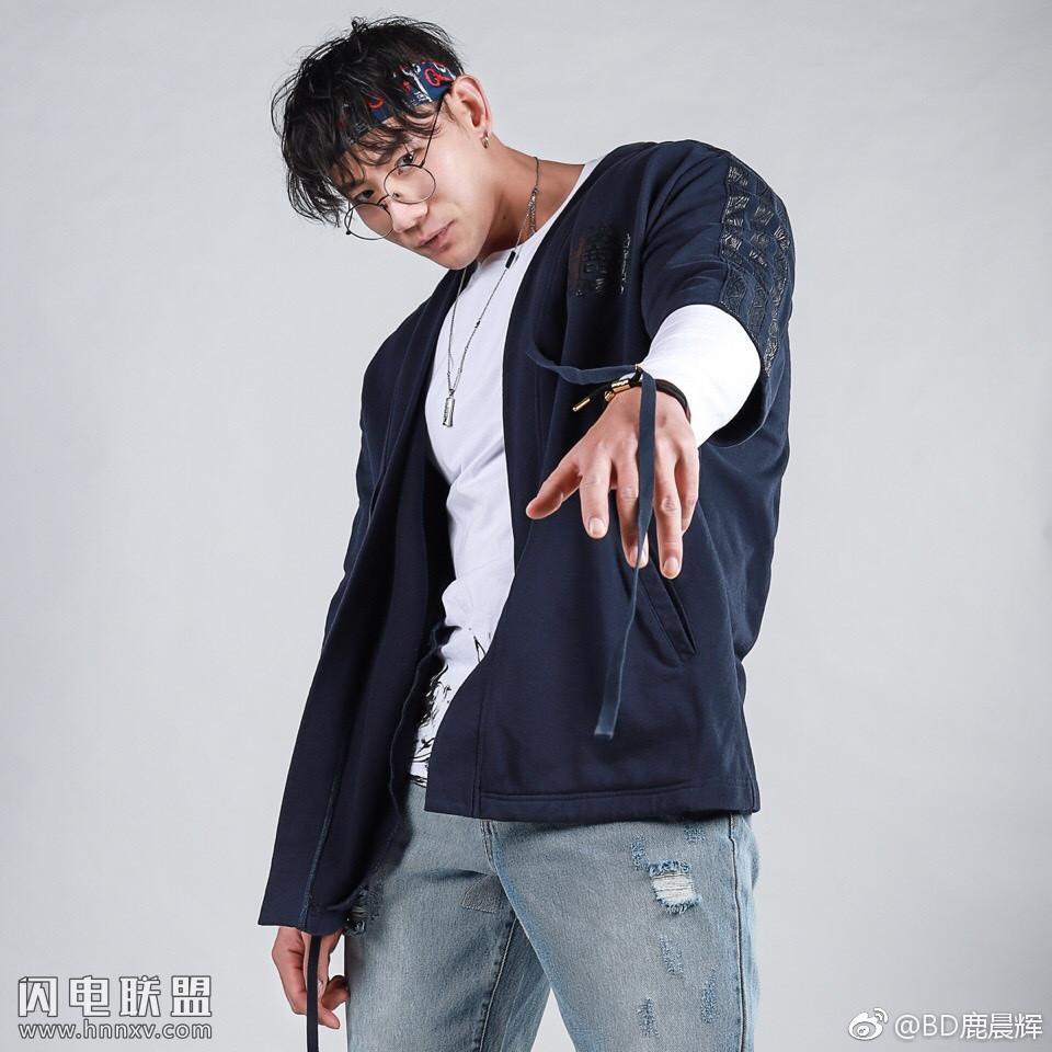 时尚肌肉型男帅哥鹿晨辉生活照图片