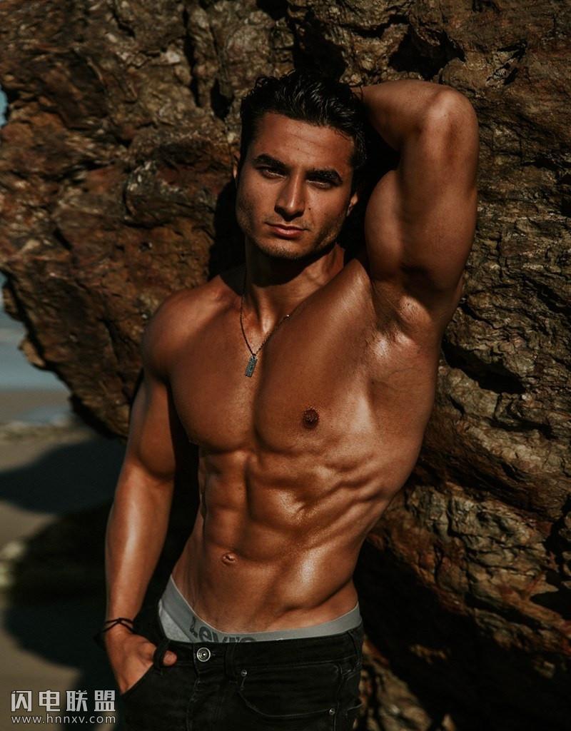 性感肌肉男帅哥海边写真照片