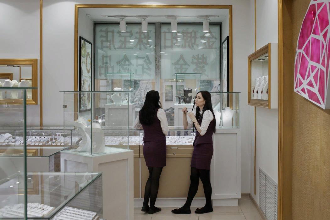 在该地区首府伊尔库茨克的一家珠宝店里,女售货员正在推销珠宝。