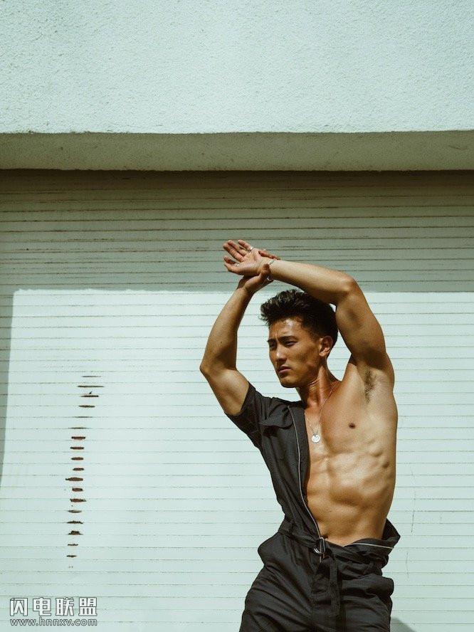 高颜值亚裔肌肉帅哥男神写真图片