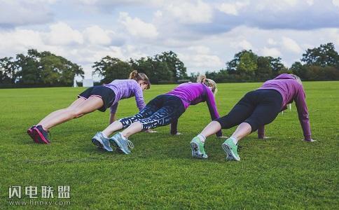 怎么做俯卧撑才能练大胸肌?