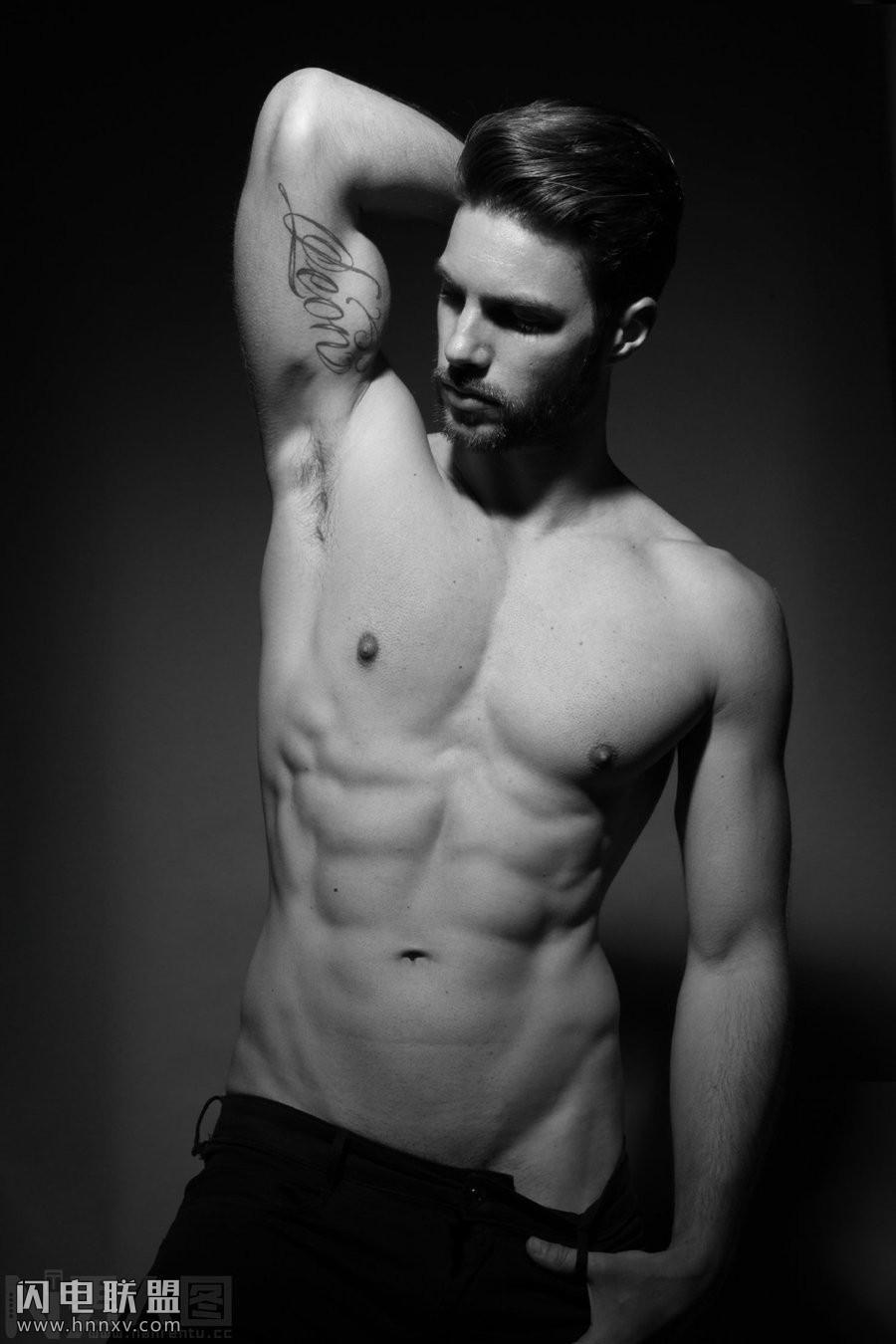 肌肉男勃起的丁丁图片