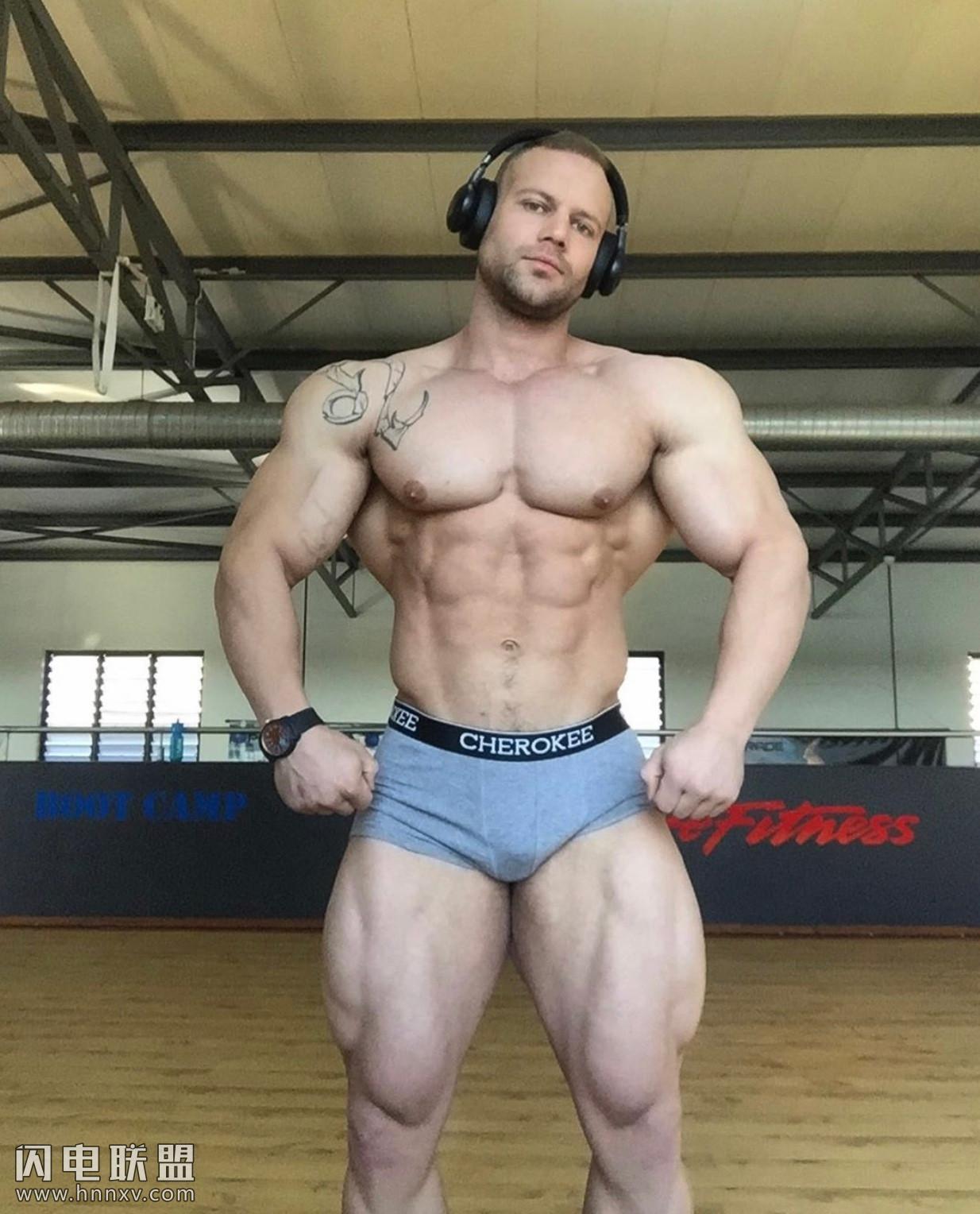 欧美肌肉猛男健身房大秀身材照片