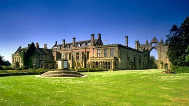 拜伦故居——钮斯泰德府邸就坐落在如诗如画的草坪上,整座建筑古朴庄严,装饰精美。
