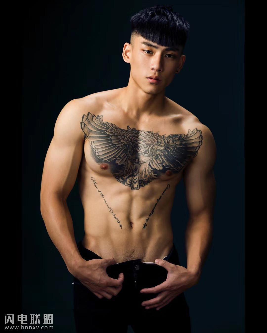 肌肉纹身帅哥张晏廷写真照片