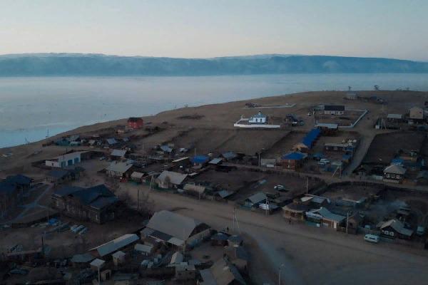 贝加尔湖奥尔康岛上的库兹尔村。旅游业是这个贫困地区经济的重要组成部分。
