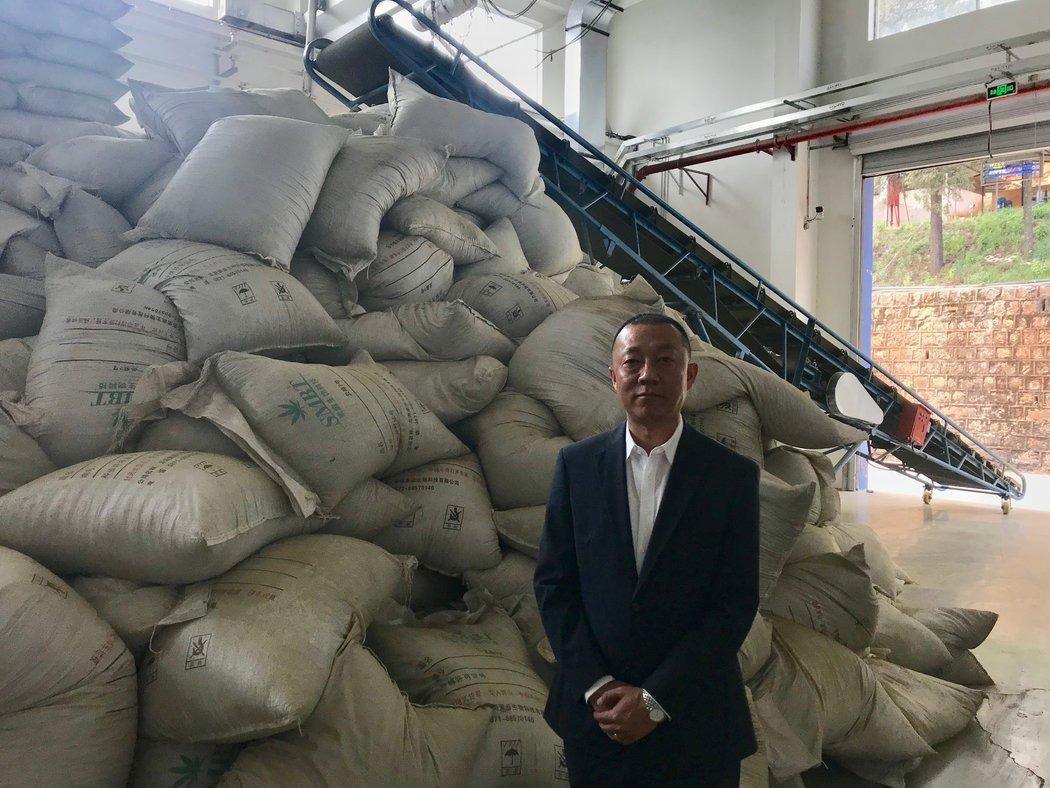 """汉素公司在云南种植了1600多英亩的大麻,并从中提取大麻二酚。""""它对健康很有好处,""""总经理田伟说。"""