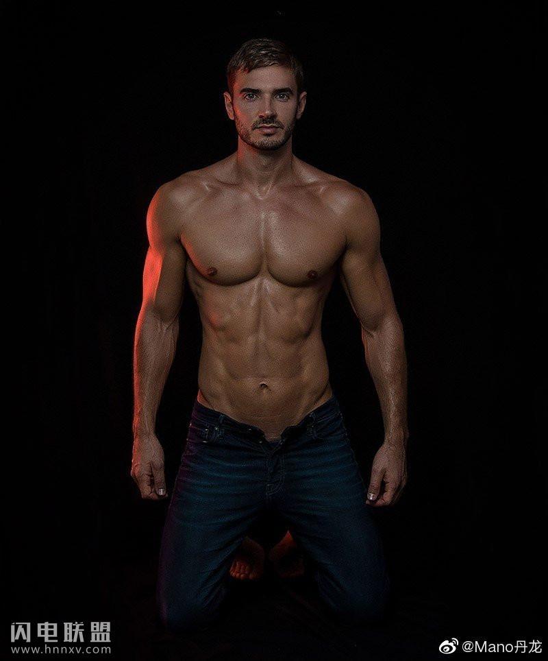 帅气欧美肌肉男模高清写真图片