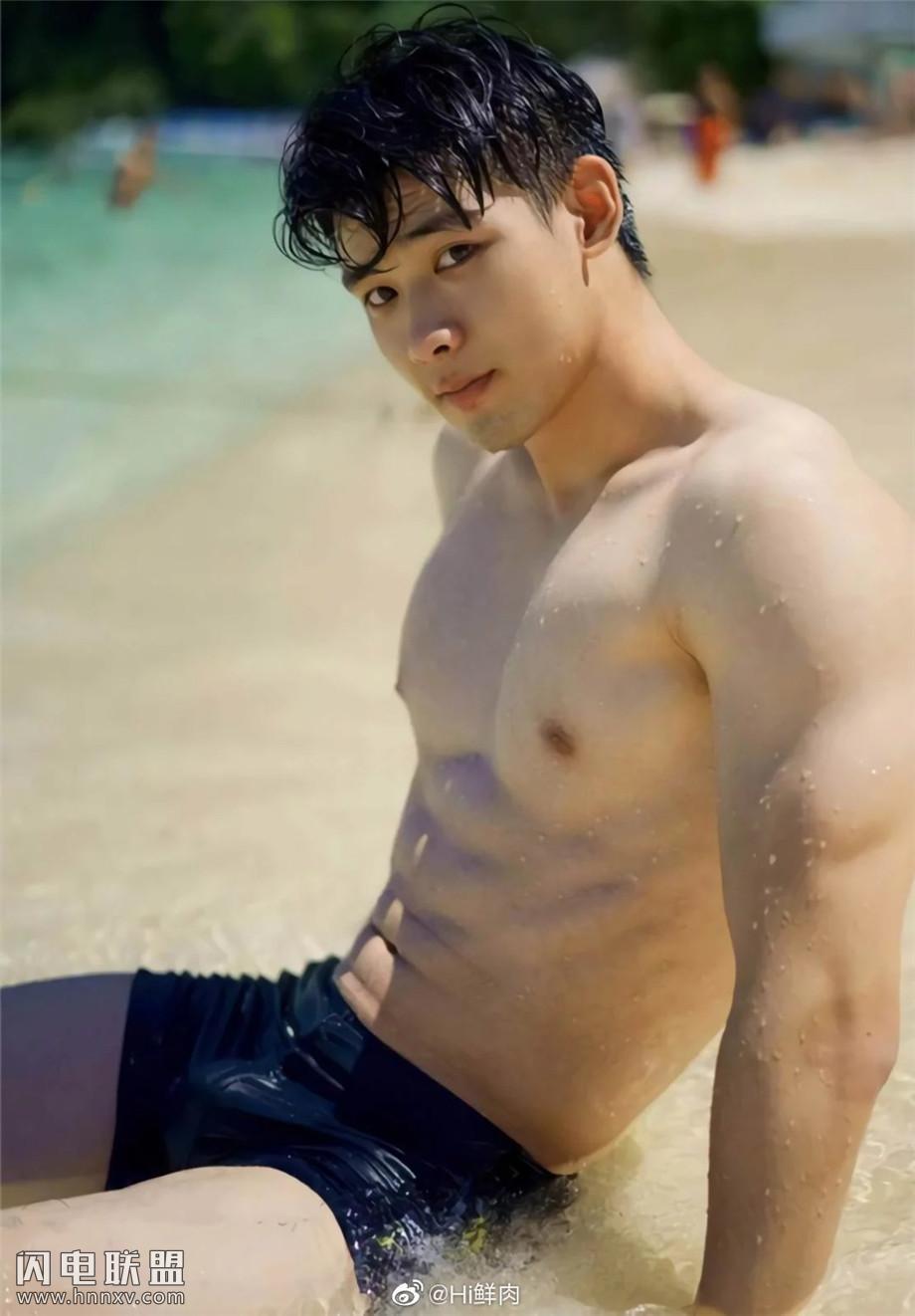 95后中国性感肌肉男模海边写真图片