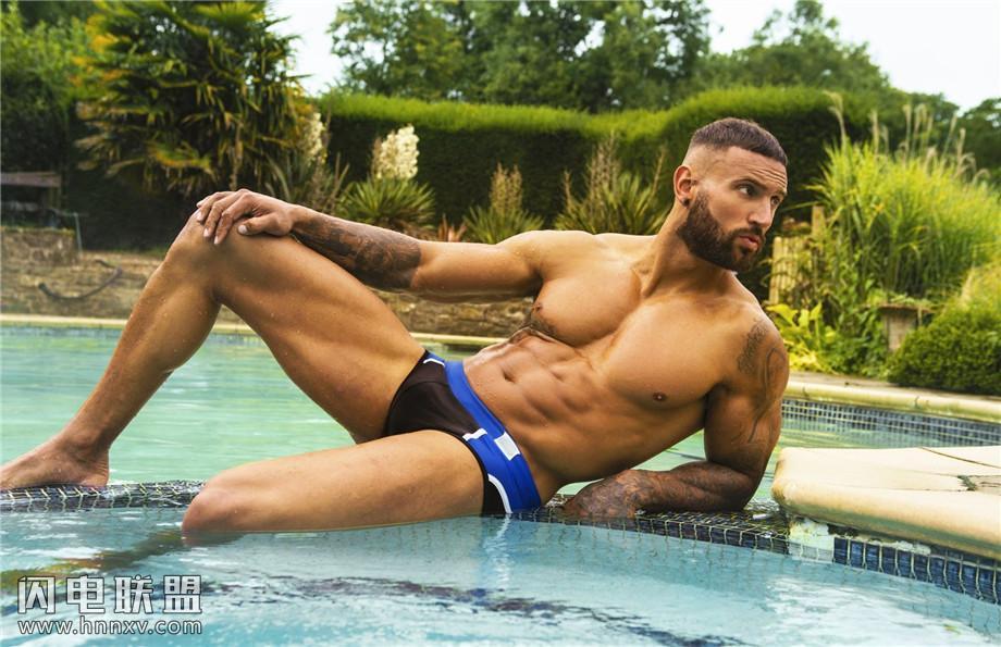 欧美帅气肌肉型男泳池性感写真