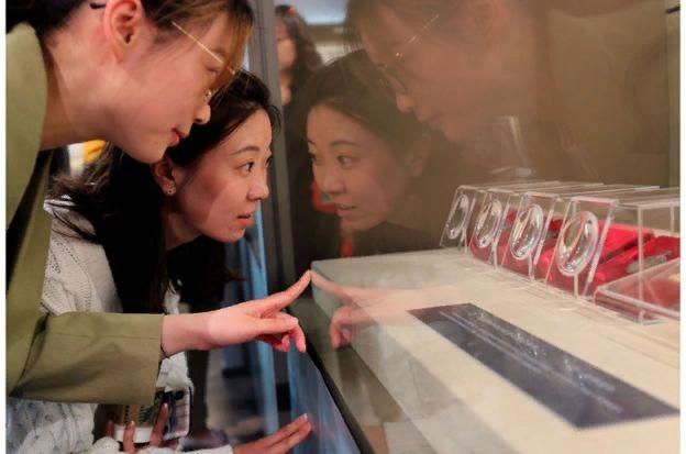 """参观者观看上海举办的""""五四新文化运动与中共的创建文物史料展""""。"""