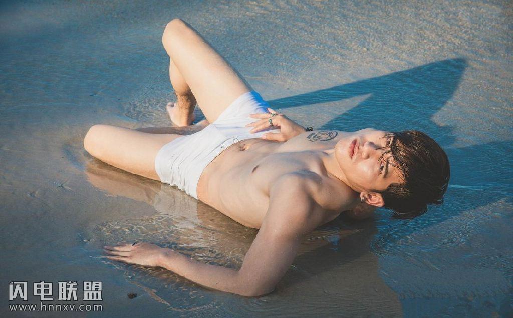 鲜肉性感男人图片海边湿身写真