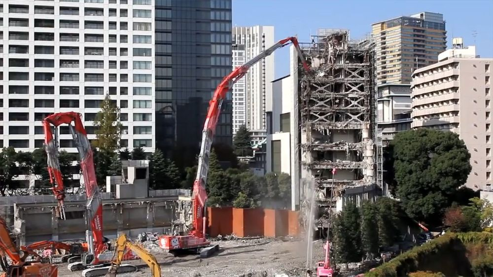 日本研發超狂「拆房怪獸」!體型超巨「機械臂長65公尺」20層高樓瞬間融化...網嗨:太猛!